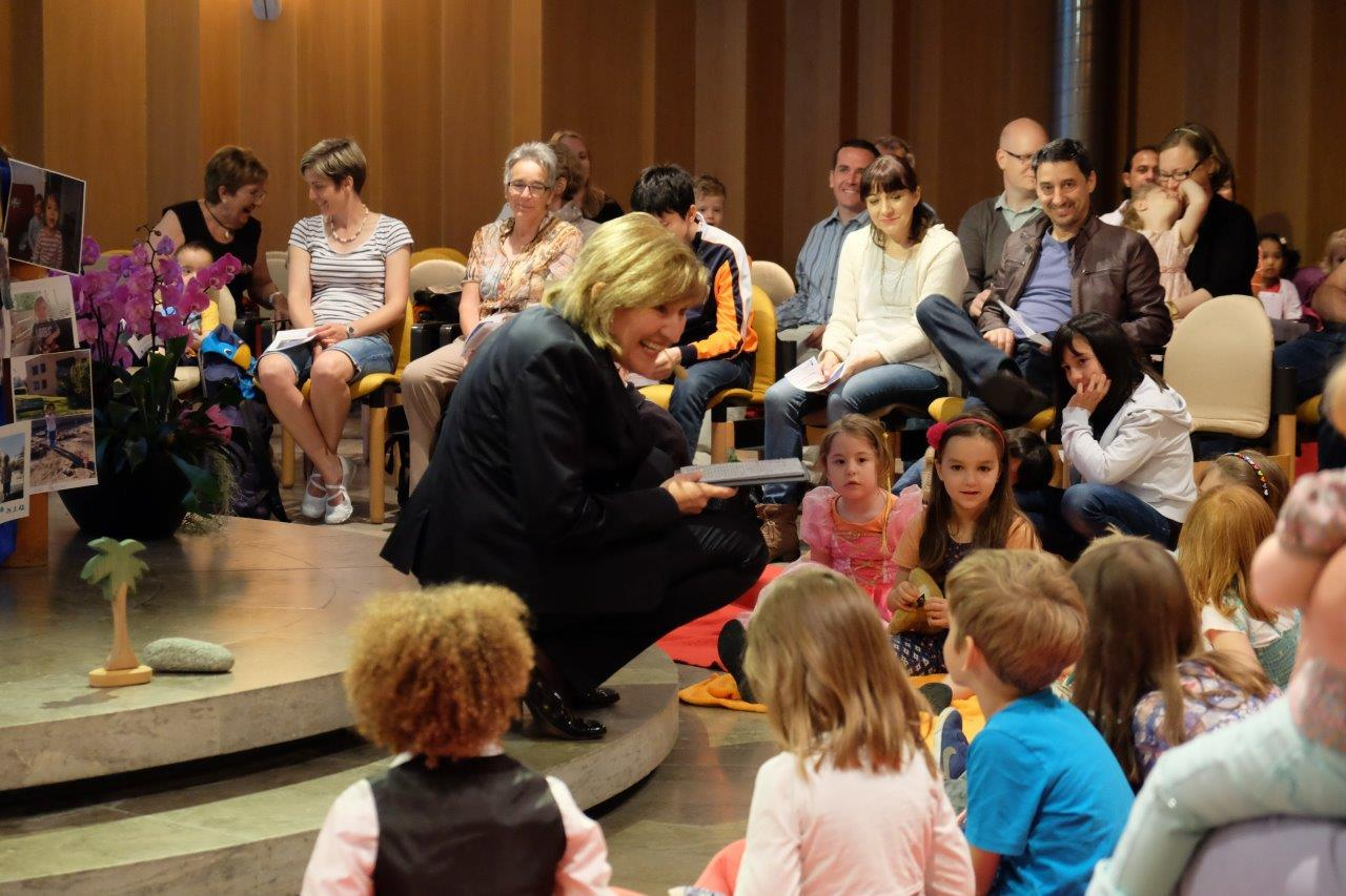 Spitalseelsorgerin Lisa Palm mit den kleinen Besucherinnen und Besuchern