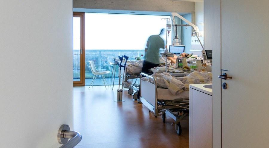 Besuch eines Seelsorgers am Krankenbett.