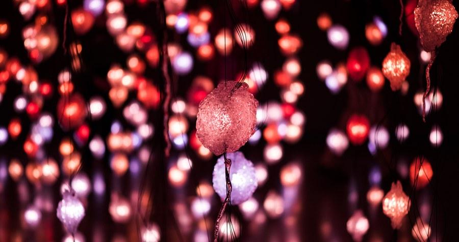 Bunte Lichter in rot und lila